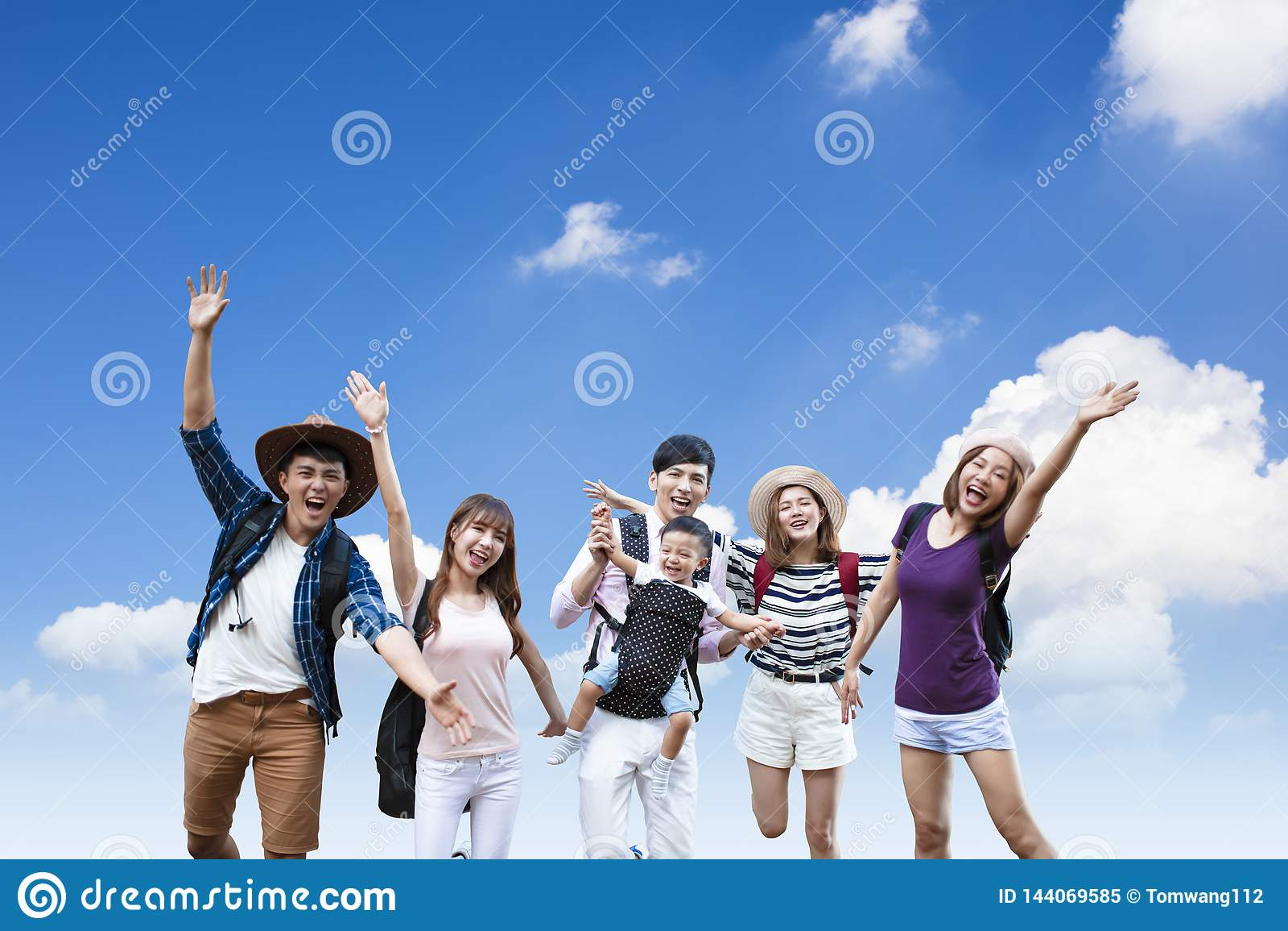 νέοι με τα σακίδια πλάτης που από κοινού