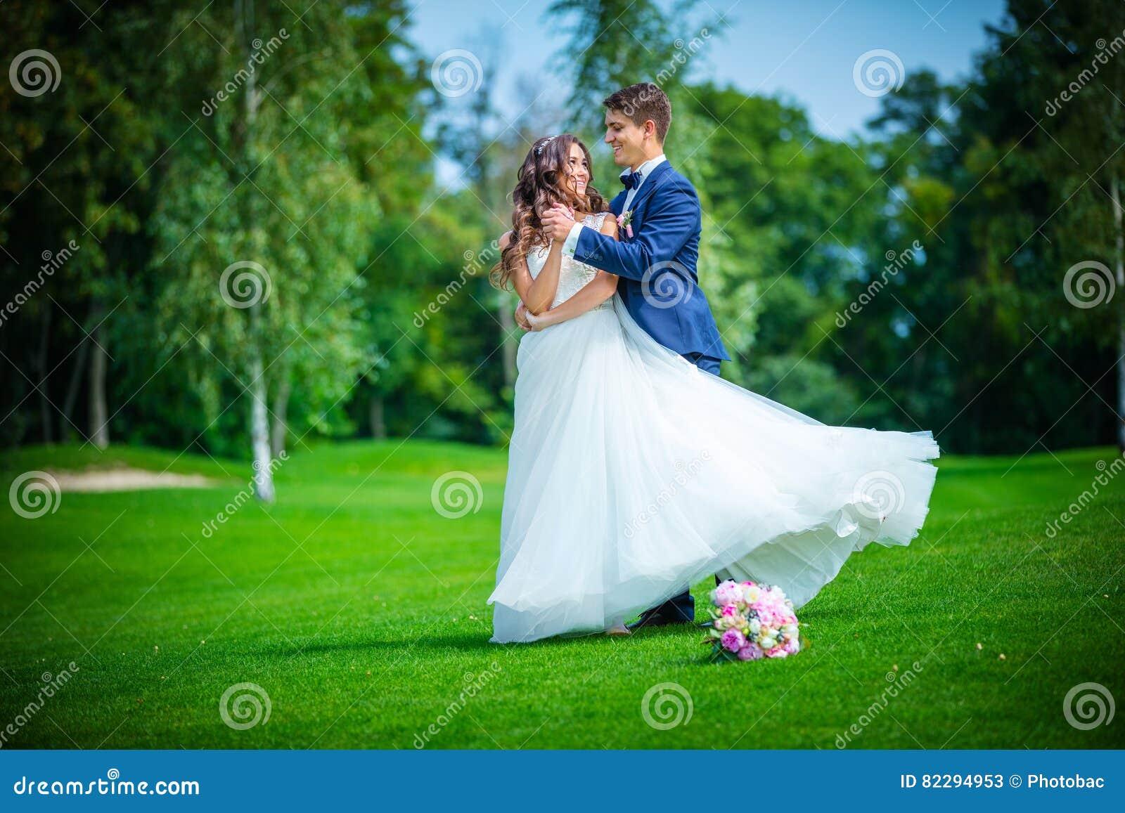 Νέοι νύφη και νεόνυμφος στο πάρκο