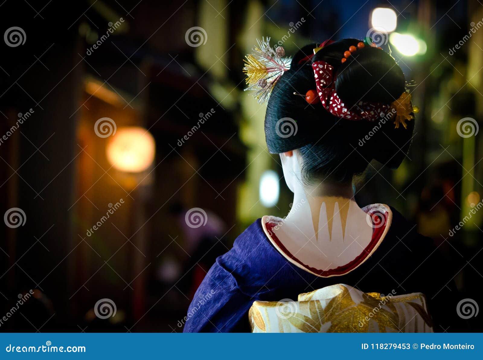 Νέοι περίπατοι maiko στις οδούς της γωνίας Gion