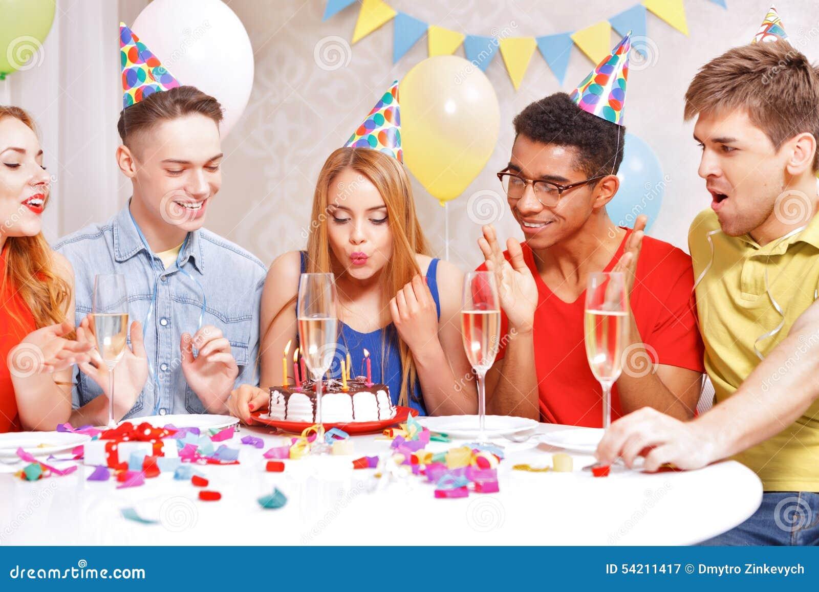 Νέοι που γιορτάζουν μια συνεδρίαση γενεθλίων