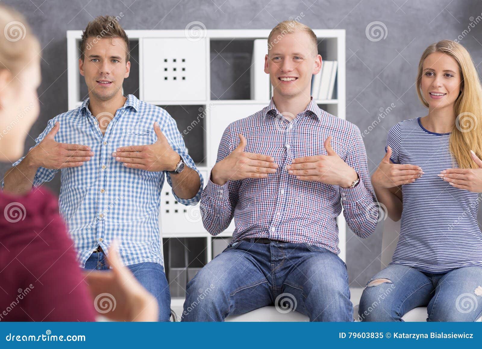Νέοι που μαθαίνουν τη γλώσσα σημαδιών