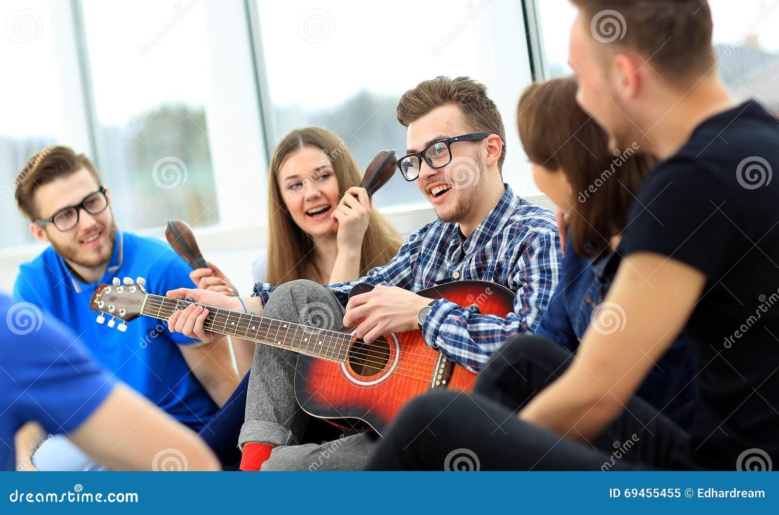 Νέοι που παίζουν το guita