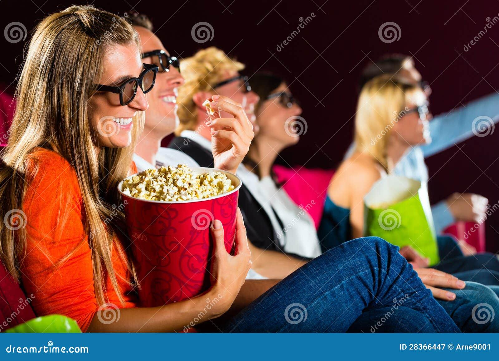 Νέοι που προσέχουν τον τρισδιάστατο κινηματογράφο στον κινηματογράφο