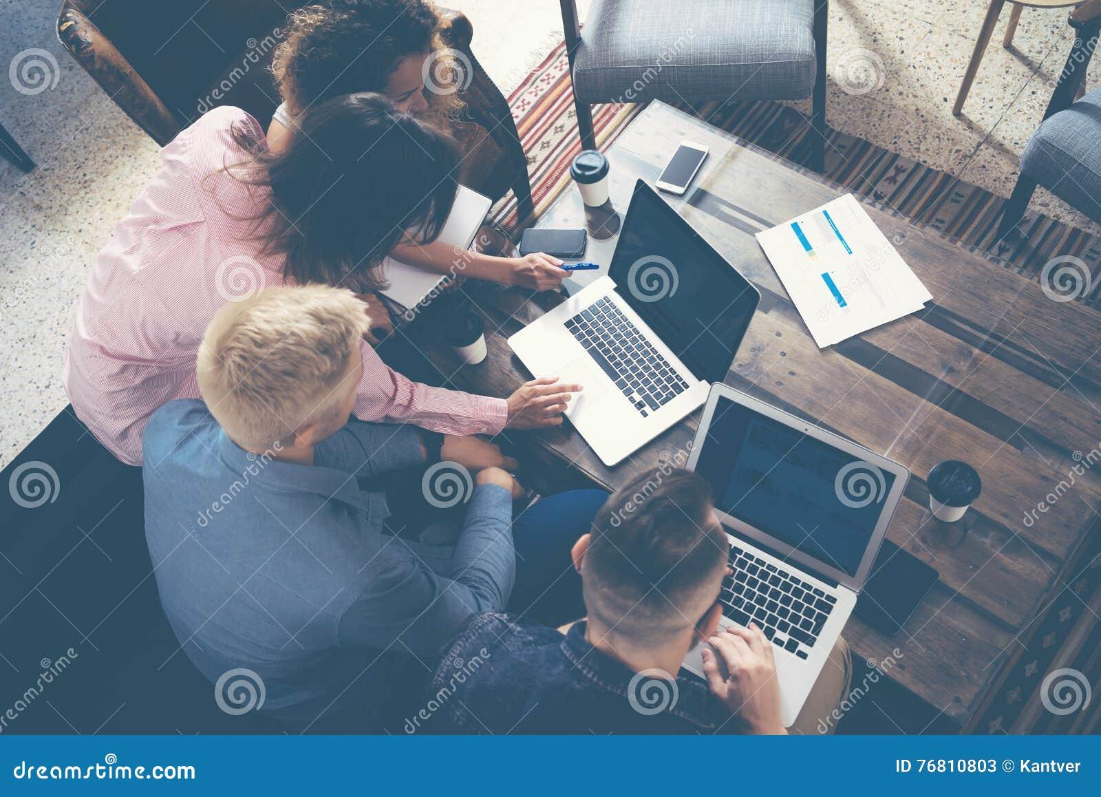 Νέοι συνάδελφοι ομάδας που κάνουν τις μεγάλες επιχειρηματικές αποφάσεις Δημιουργικό ομάδας σύγχρονο γραφείο έννοιας εργασίας συζή
