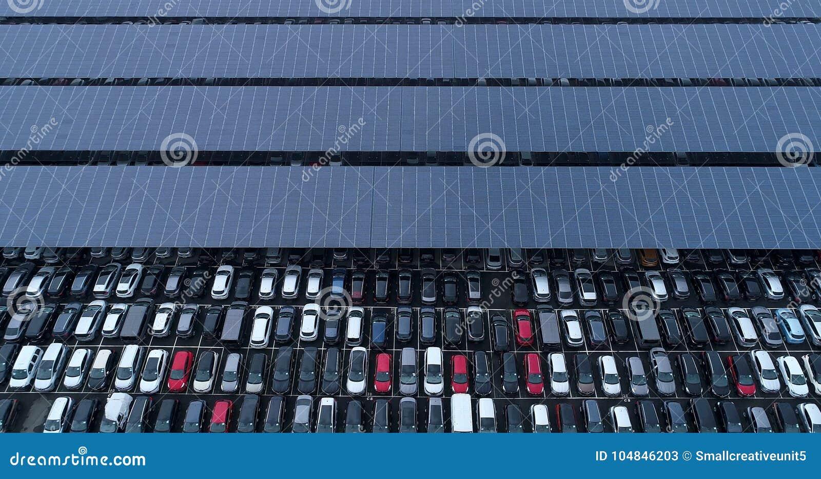 Νέοι υπαίθριος σταθμός αυτοκινήτων και φορτηγό με το ηλιακό πλαίσιο