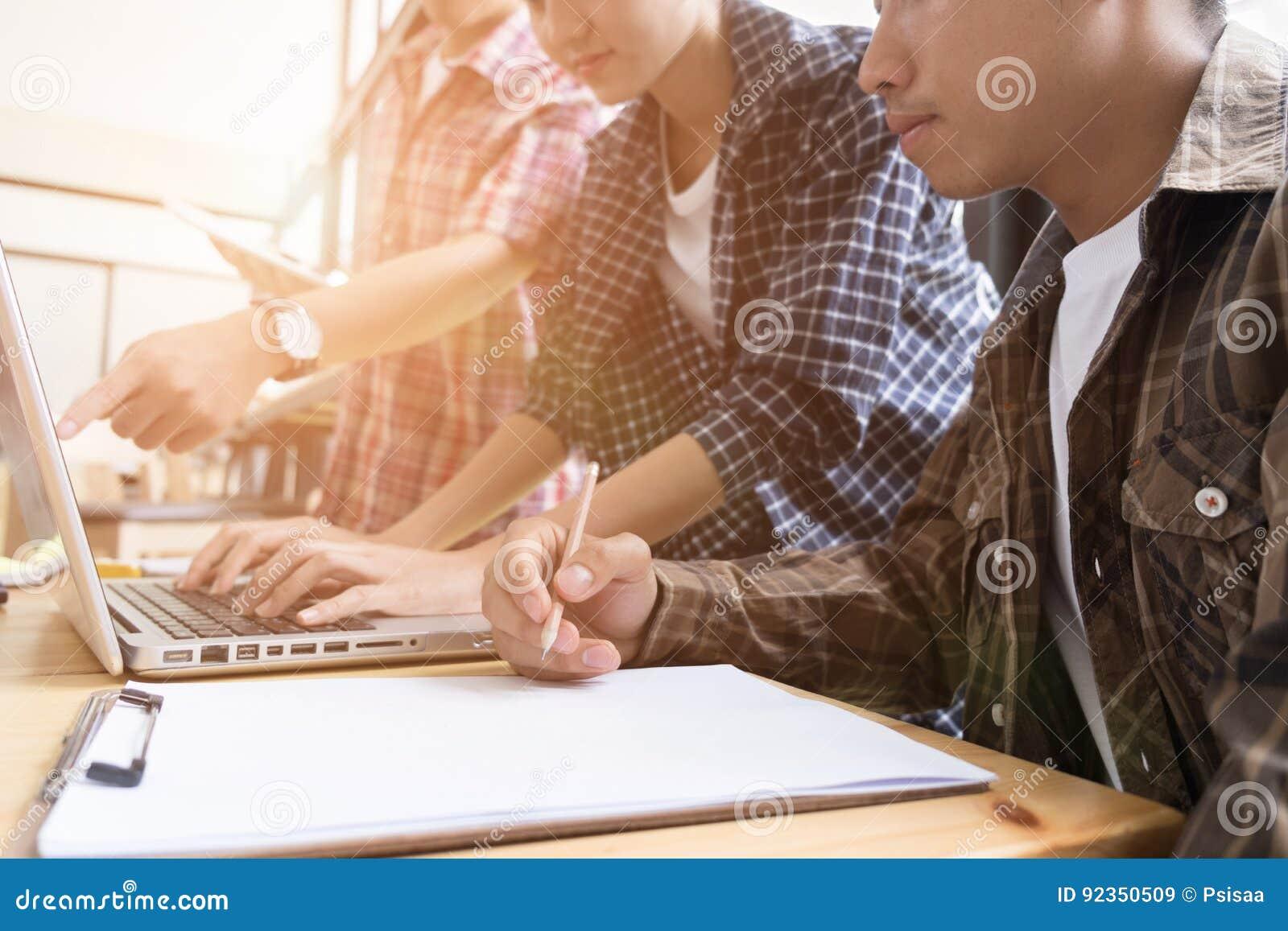 νέοι φοιτητές πανεπιστημίου που μελετούν με τον υπολογιστή στον καφέ ομάδα