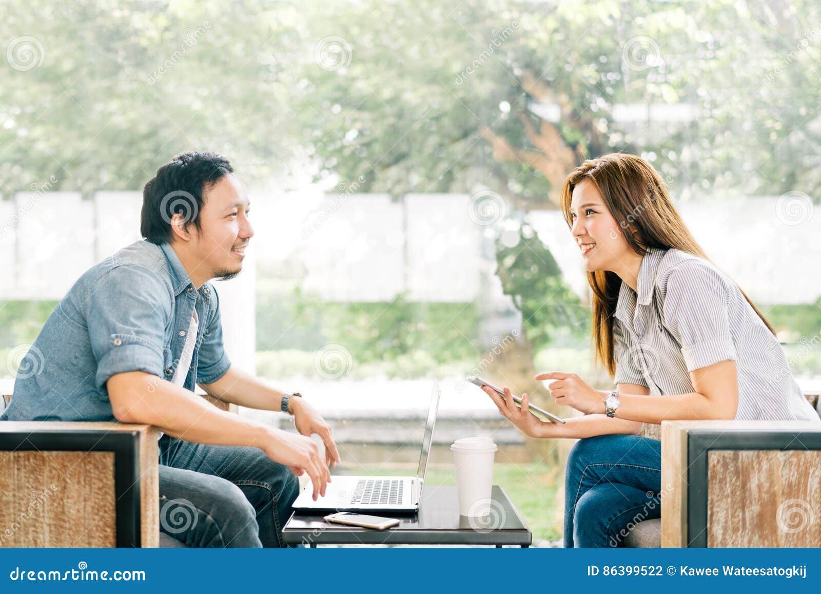 Νέος ασιατικός ζεύγος ή συνάδελφος που μιλά στη καφετερία ή το σύγχρονο γραφείο