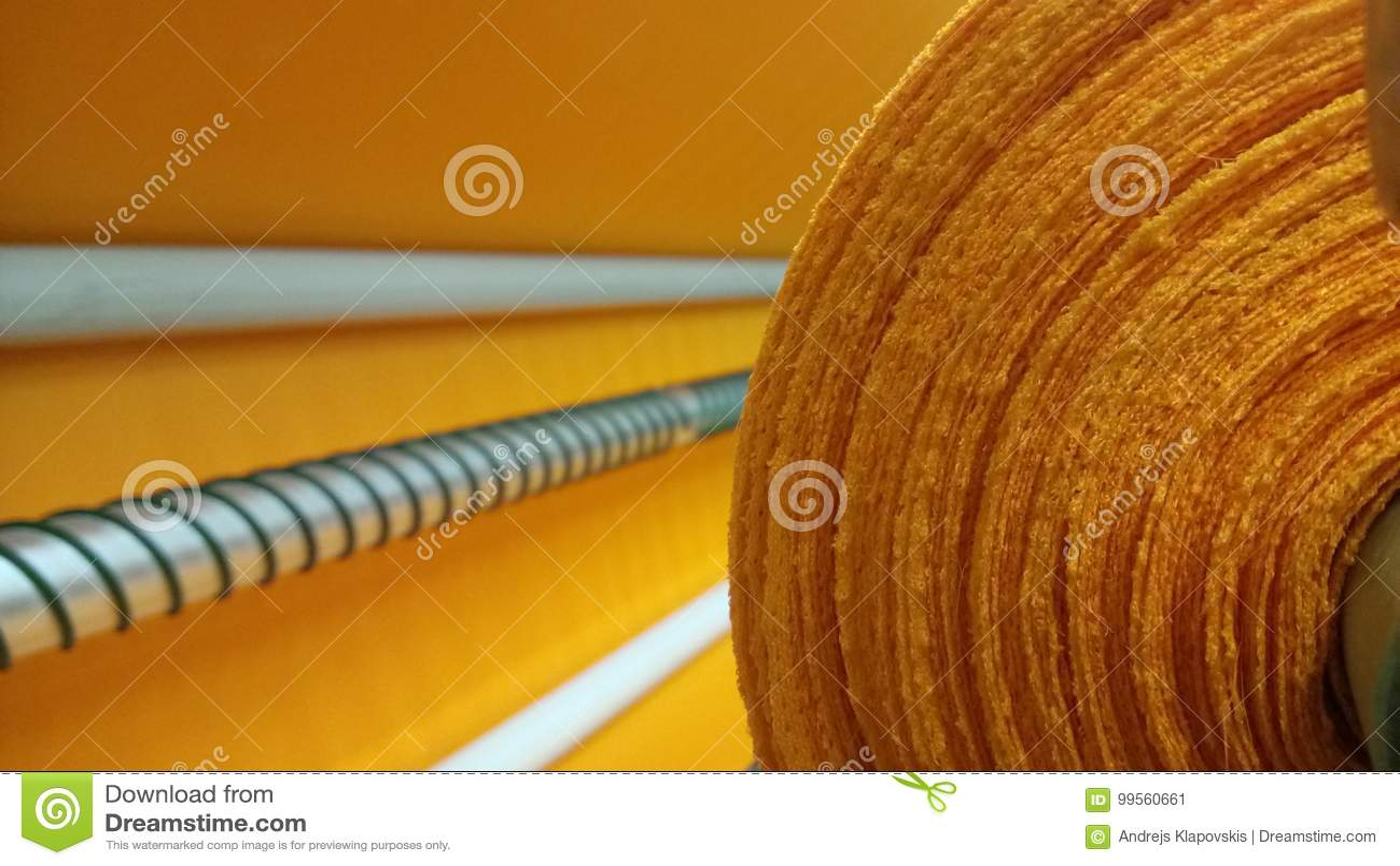 Νέος βιομηχανικός πορτοκαλής ρόλος, πορτοκαλί υπόβαθρο Έννοια: υλικό, ύφασμα, κατασκευή, εργοστάσιο ενδυμάτων, νέα δείγματα των υ