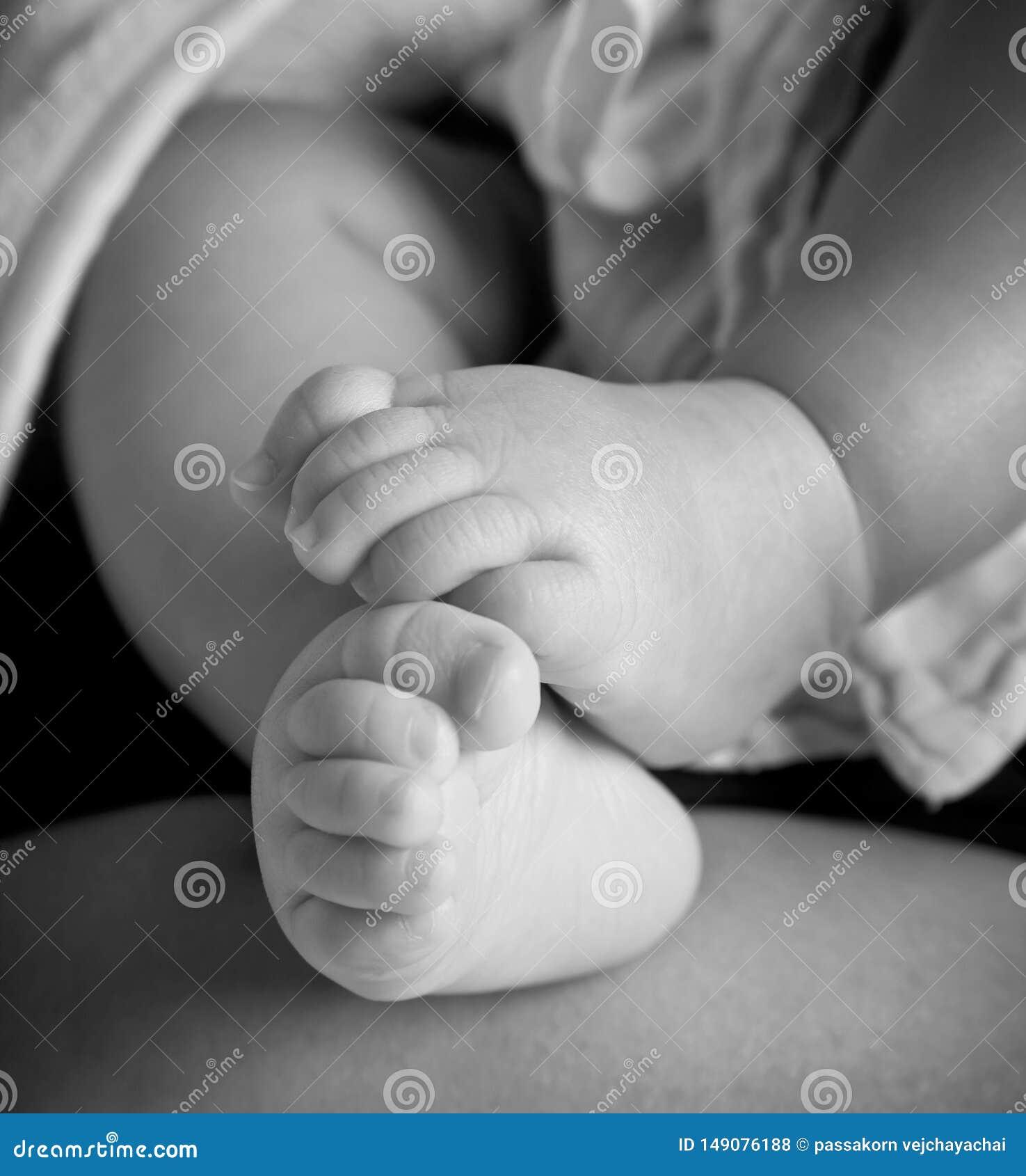 Νέος - γεννημένα πόδια μωρών από κάτω από