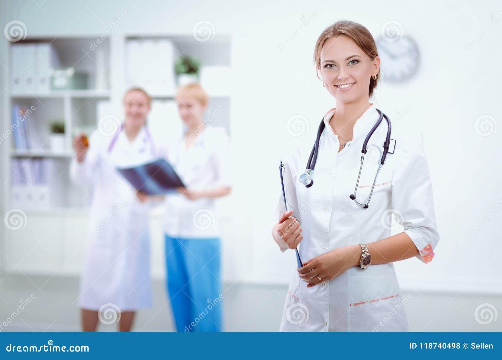 Νέος γιατρός γυναικών που στέκεται στο νοσοκομείο με το ιατρικό στηθοσκόπιο