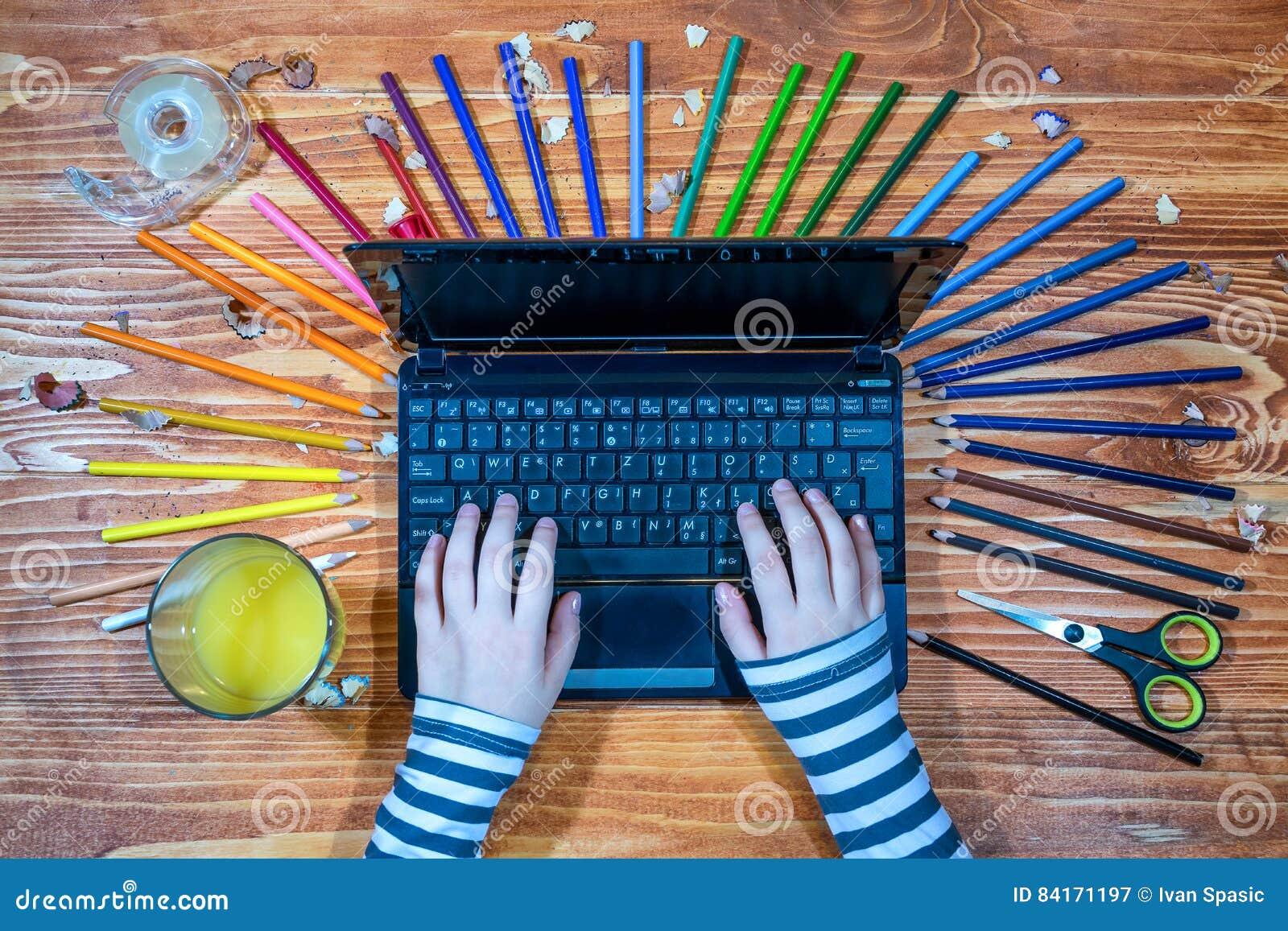 Νέος γραφικός σχεδιαστής με το lap-top και την παλέτα χρώματος
