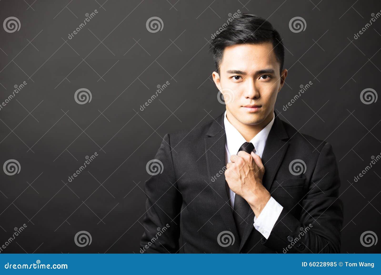Νέος επιχειρηματίας στο μαύρο υπόβαθρο