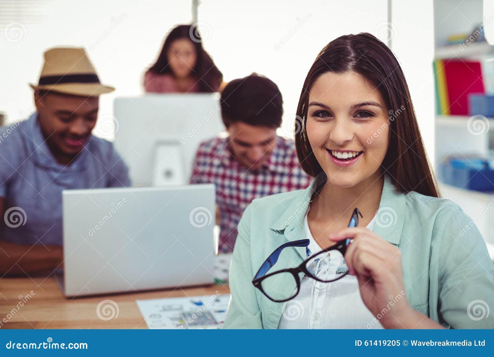 Νέος δημιουργικός εργαζόμενος που χαμογελά στη κάμερα