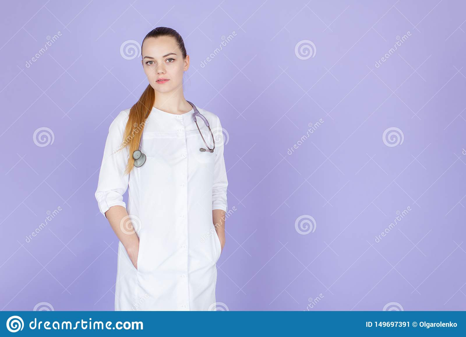 Νέος θηλυκός ξανθός γιατρός