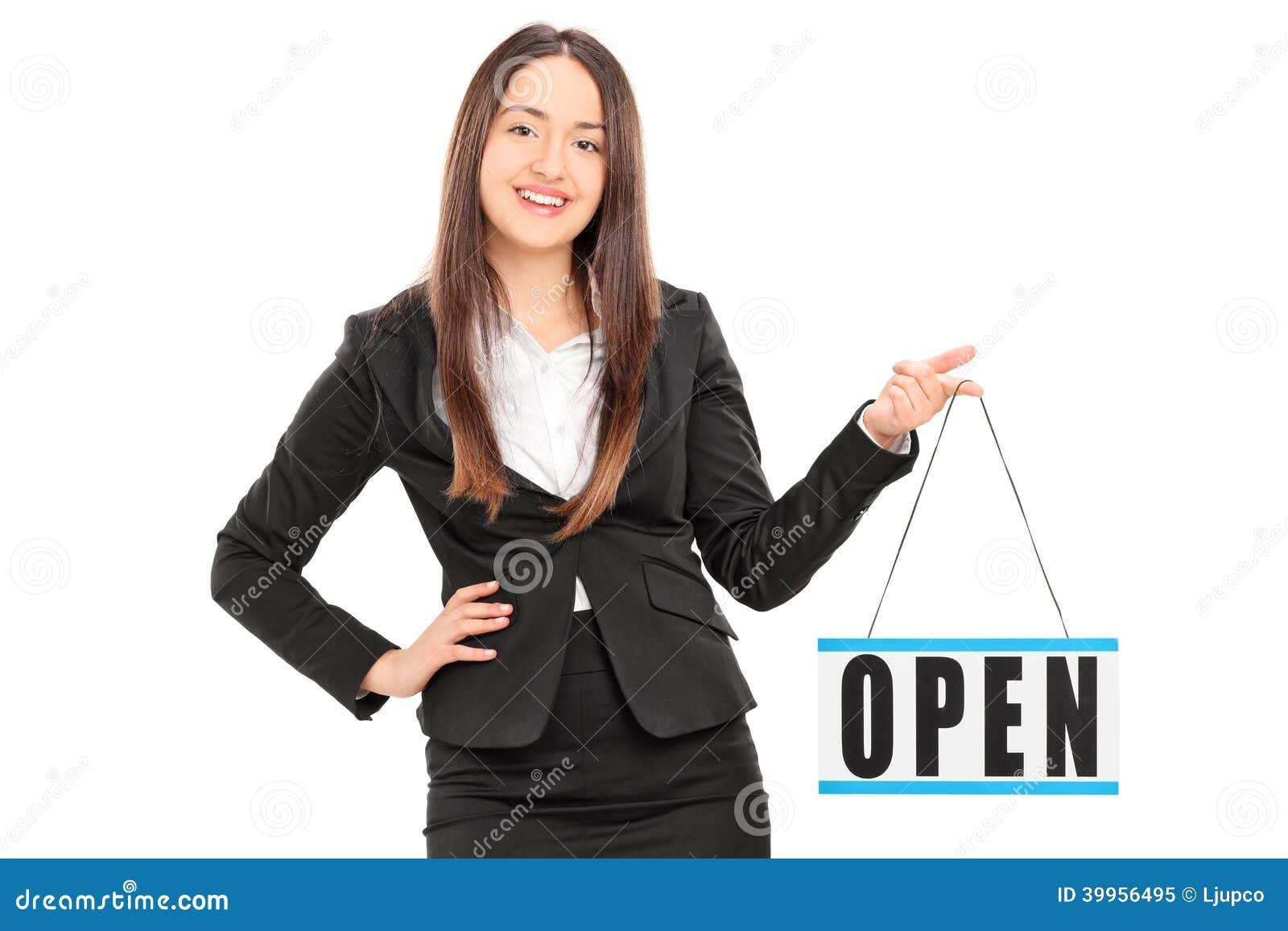 Νέος θηλυκός λιανοπωλητής που κρατά ένα ανοικτό σημάδι