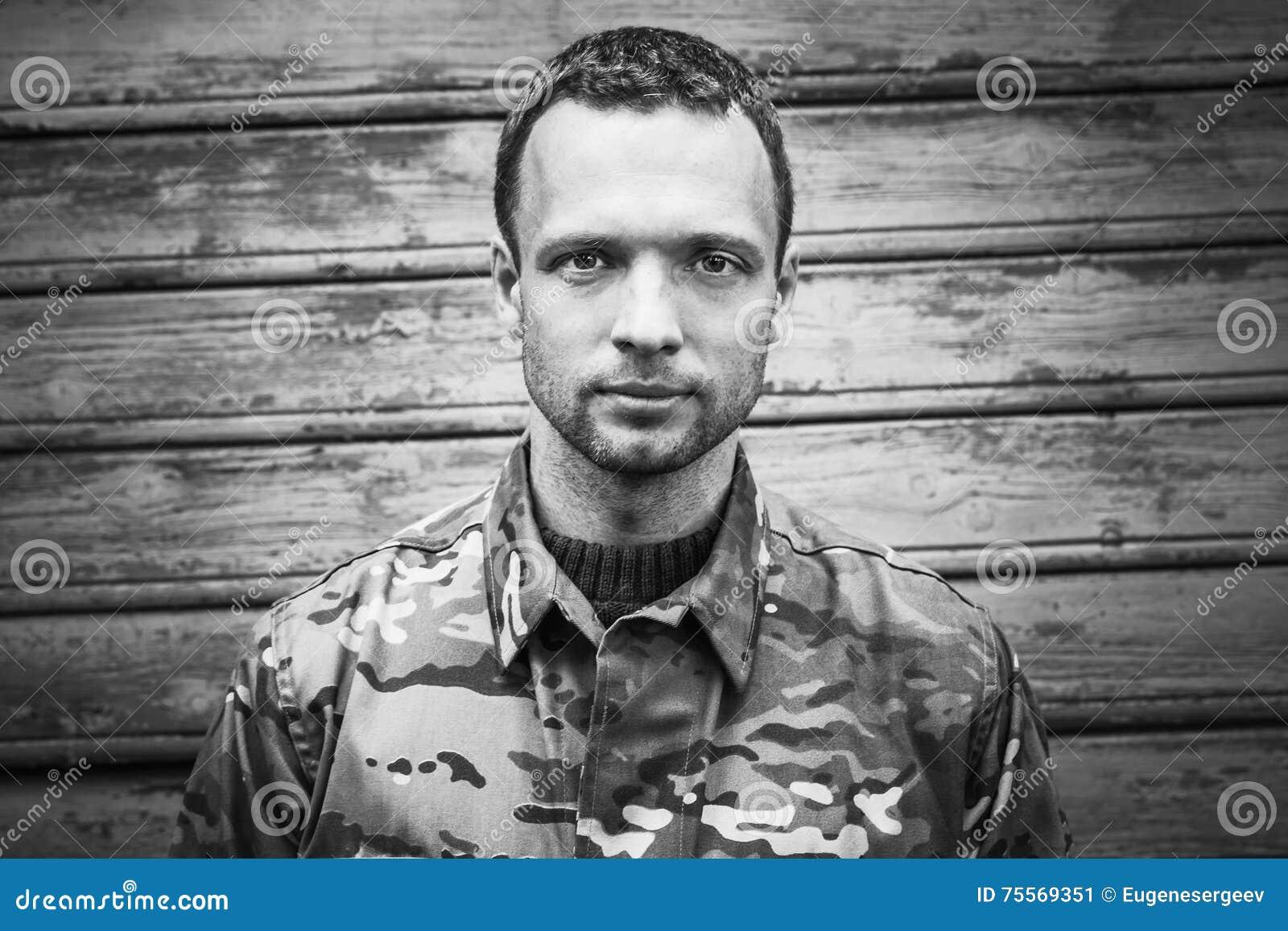 Νέος στρατιωτικός, μονοχρωματικό πορτρέτο
