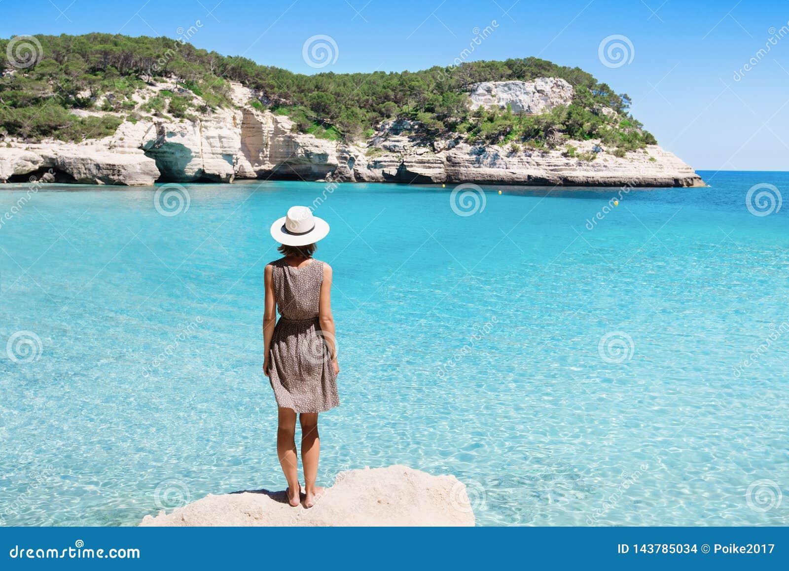 Νέος ταξιδιώτης γυναικών που εξετάζει τη θάλασσα, το ταξίδι και την ενεργό έννοια τρόπου ζωής Χαλάρωση και έννοια διακοπών