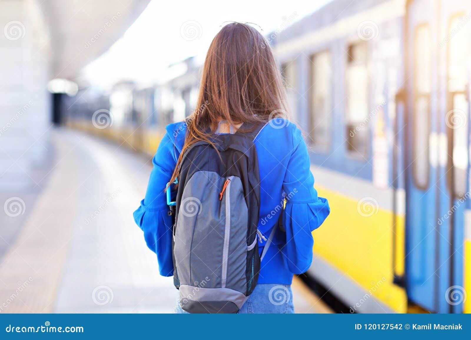 Νέος τουρίστας γυναικών στο σταθμό τρένου πλατφορμών