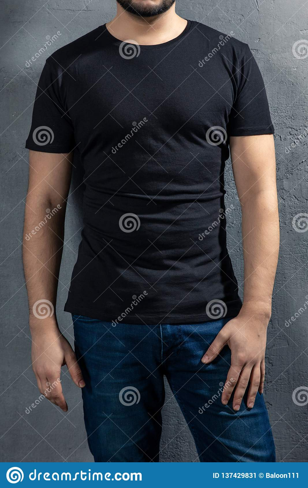 Νέος υγιής άνδρας με τη μαύρη μπλούζα στο συγκεκριμένο υπόβαθρο