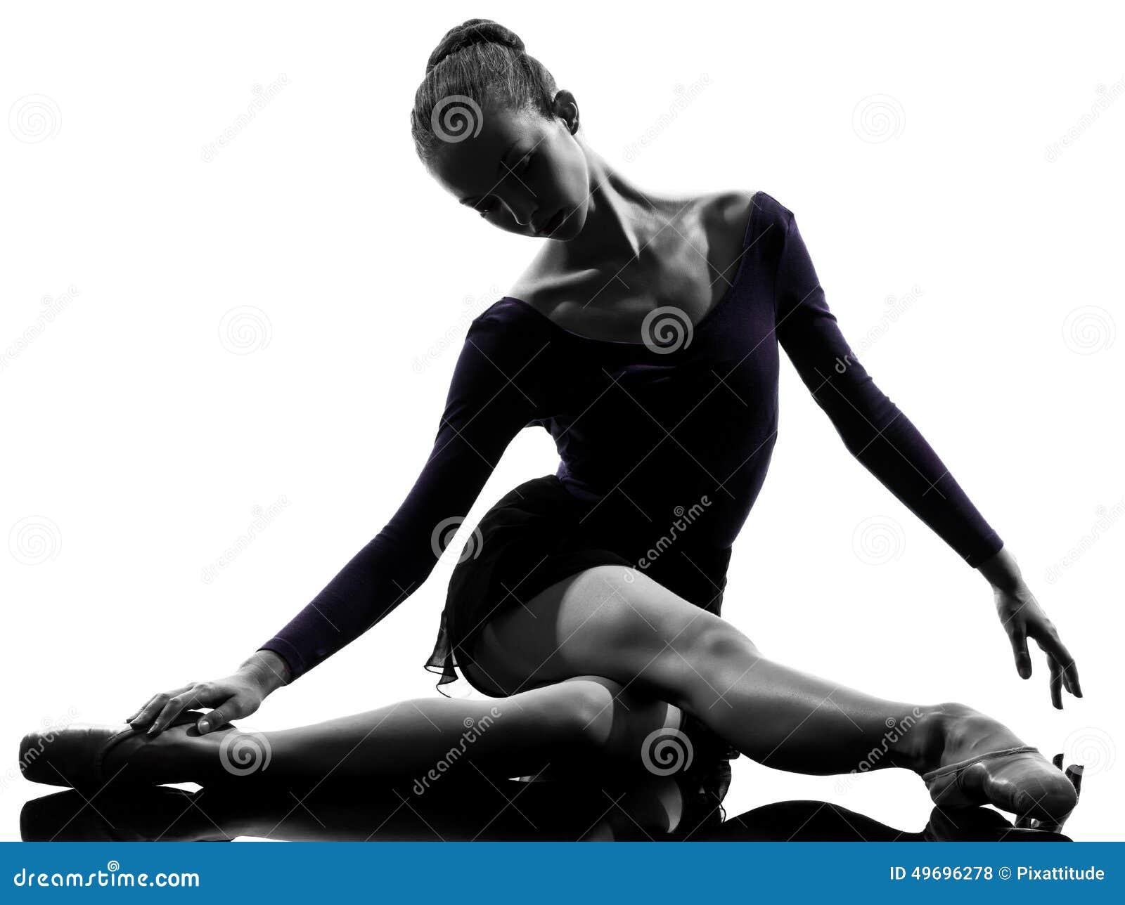 Νέος χορευτής μπαλέτου ballerina γυναικών που τεντώνει θερμαίνοντας το silho