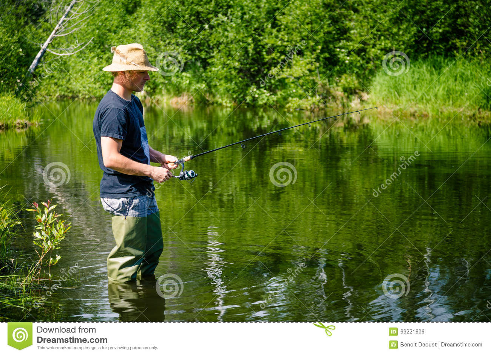 Νέος ψαράς που αλιεύει με την υπομονή