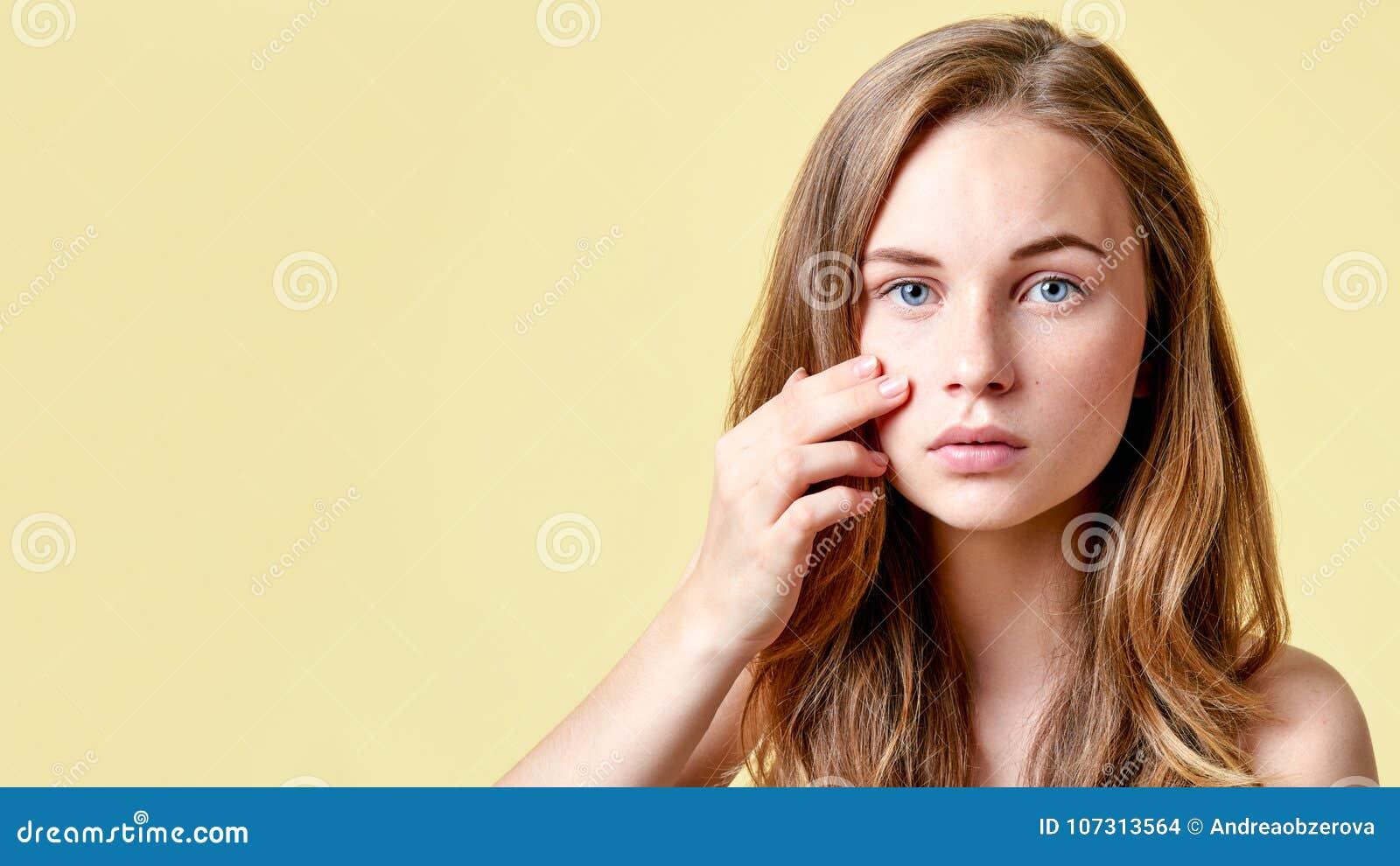 Νέος redhead έφηβος με τα μόνα ζητήματα που εξετάζει τον καθρέφτη Κορίτσι με τη χαμηλή μόνη εκτίμηση που ελέγχει το δέρμα της
