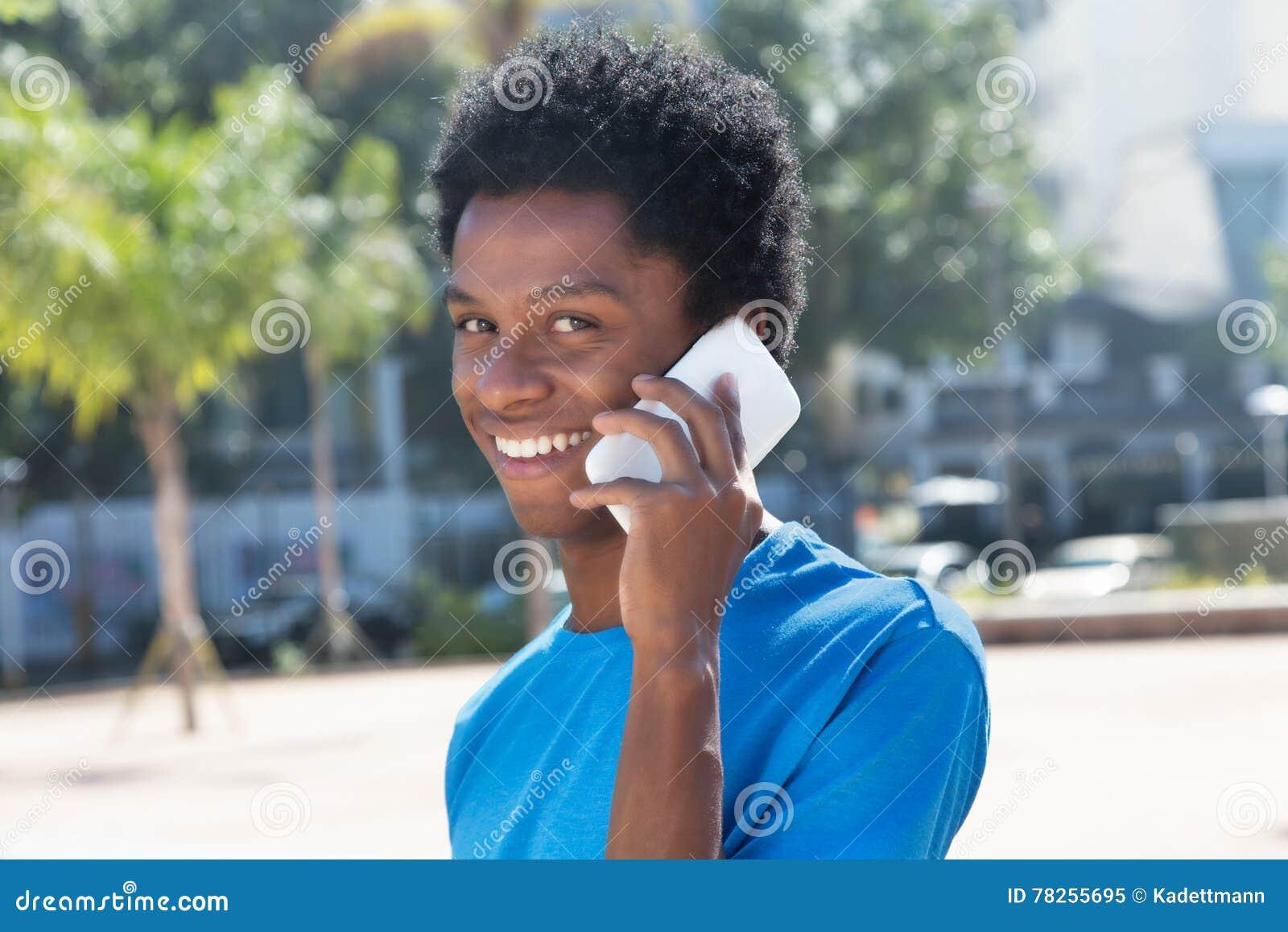 Νέο άτομο αφροαμερικάνων που μιλά στο κινητό τηλέφωνο
