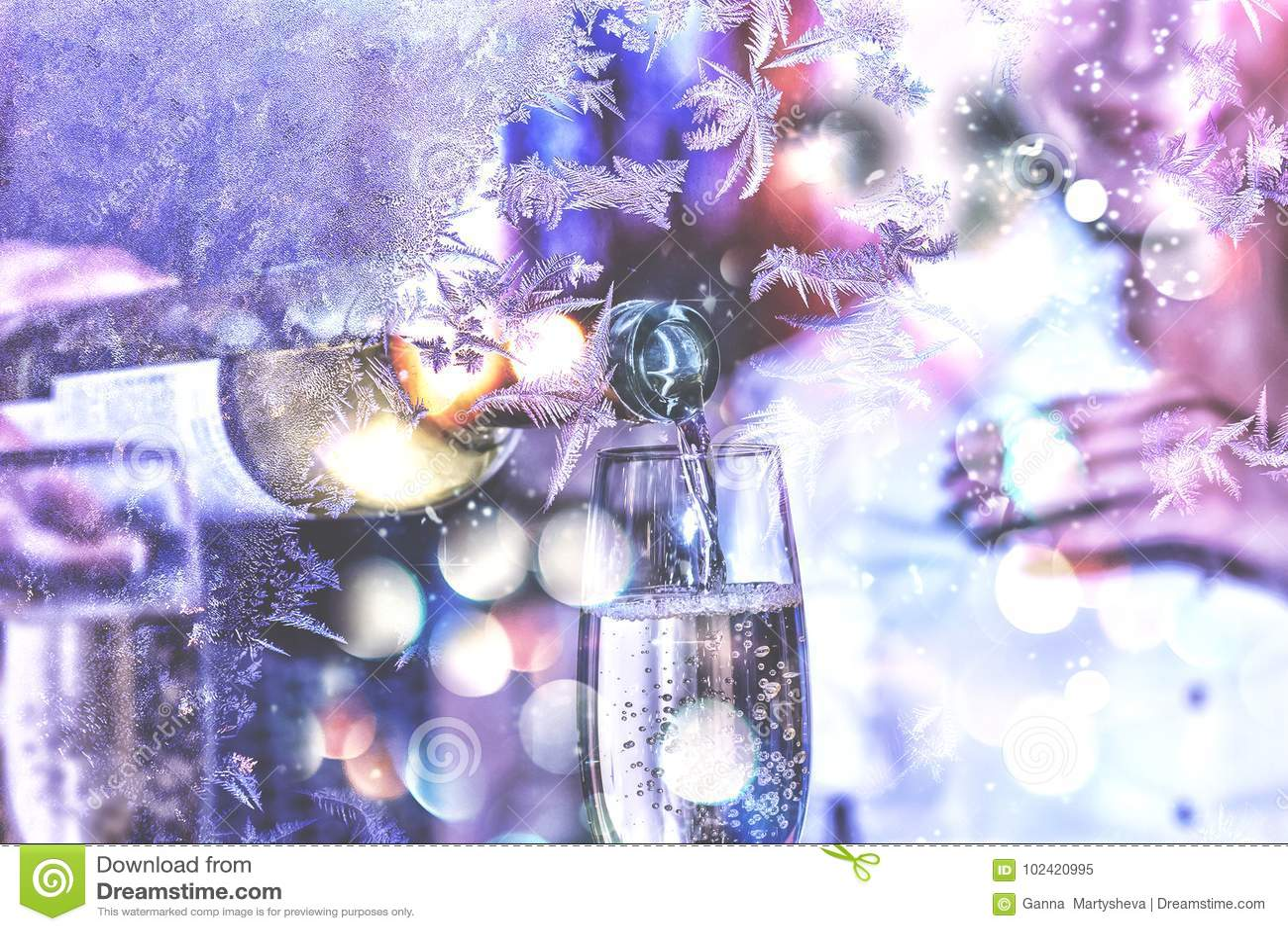 νέο έτος Χριστουγέννων Εορτασμός βαλεντίνος ημέρας s Το Sommelier ή ο σερβιτόρος χύνει το άσπρο κρασί σε ένα ποτήρι