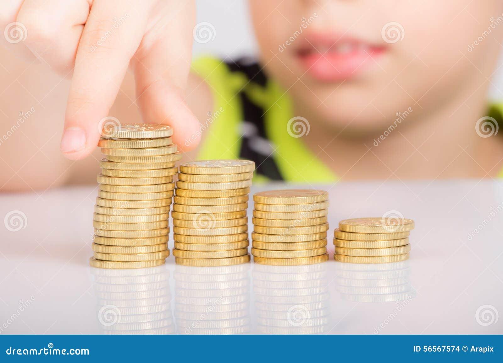 Download Νέο αγόρι που μετρά τα νομίσματά του Στοκ Εικόνες - εικόνα από νομίσματα, τραπεζίτες: 56567574