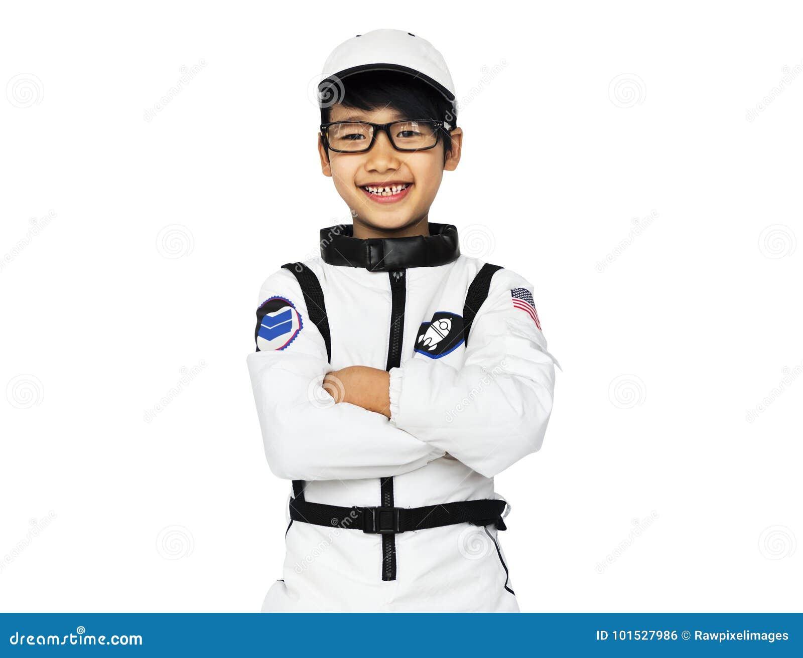 Νέο αγόρι στο πορτρέτο στούντιο κοστουμιών αστροναυτών