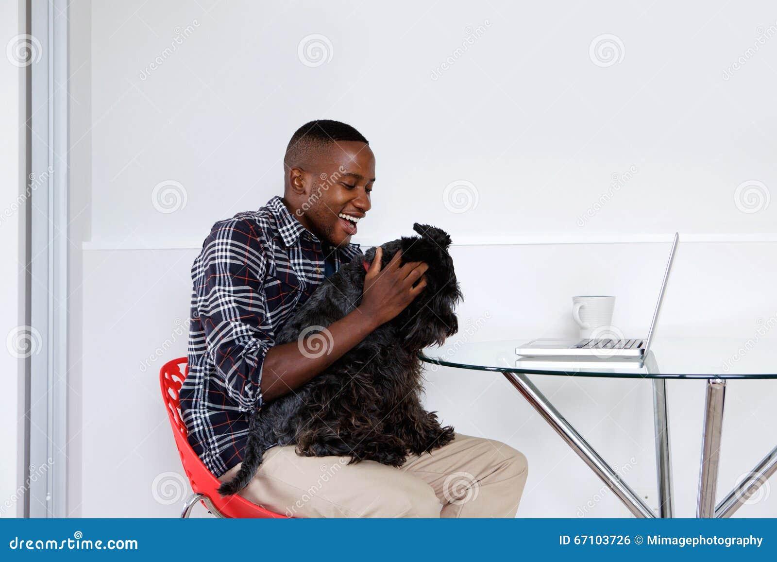 Νέο αφρικανικό παιχνίδι τύπων με το σκυλί κατοικίδιων ζώων του