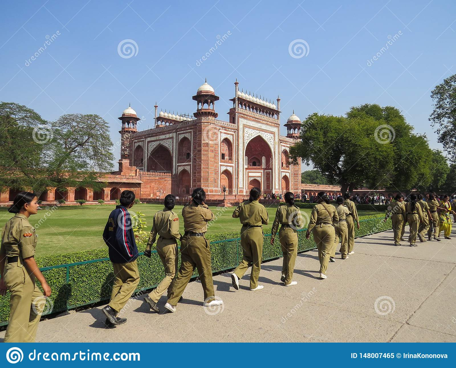 Νέο Δελχί, Ινδία, στις 21 Νοεμβρίου 2013 Τα κορίτσια σε ομοιόμορφο πηγαίνουν στην είσοδο στο κόκκινο οχυρό