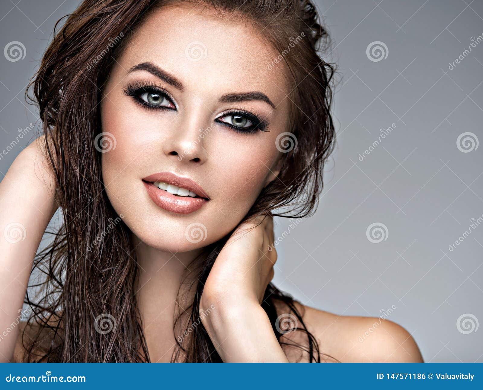 Νέο ενήλικο χαμογελώντας κορίτσι με το υγιές δέρμα