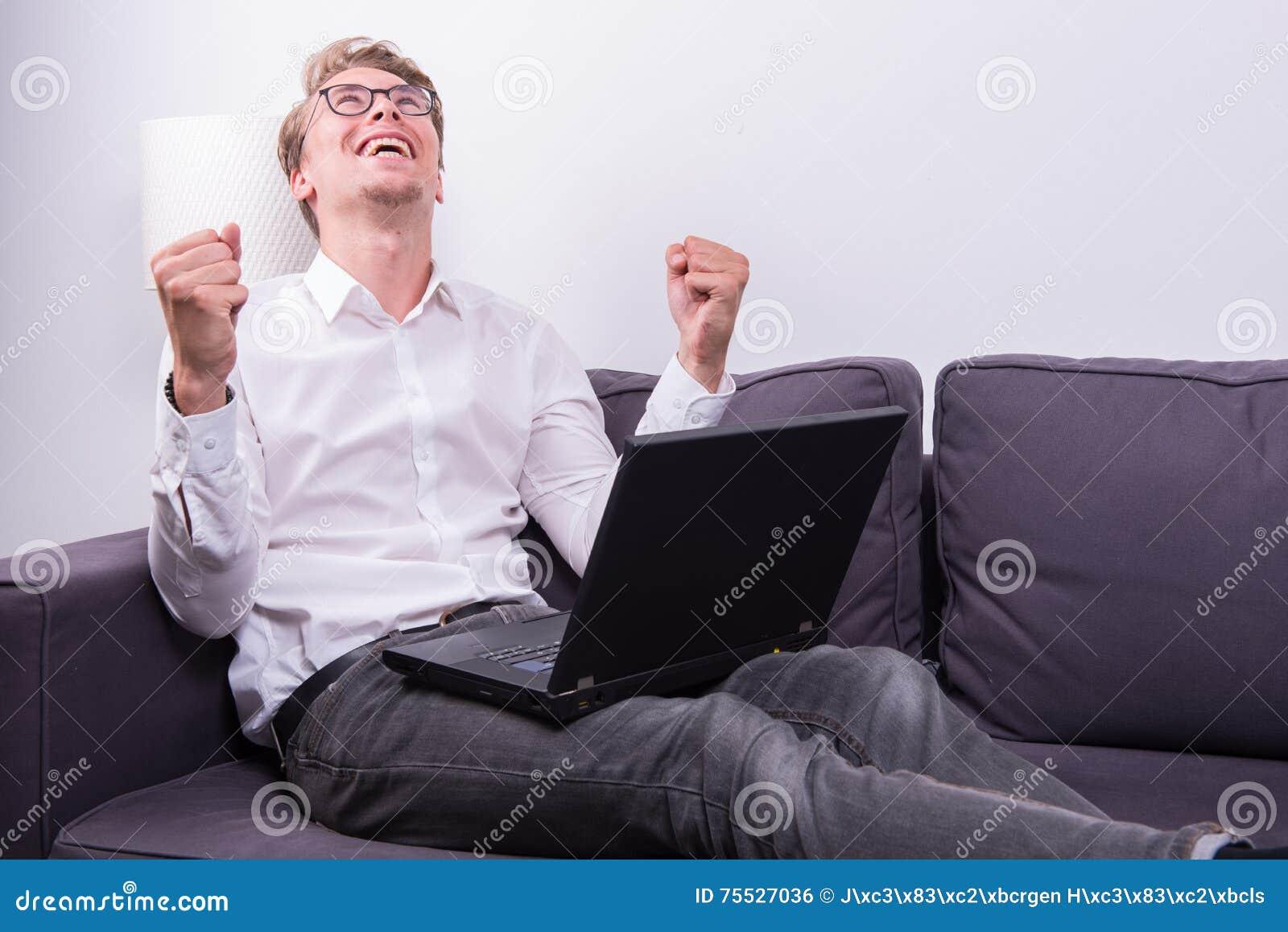 Νέο επιχειρησιακό άτομο ενθαρρυντικό η επιτυχία του εργαζόμενος στο lap-top