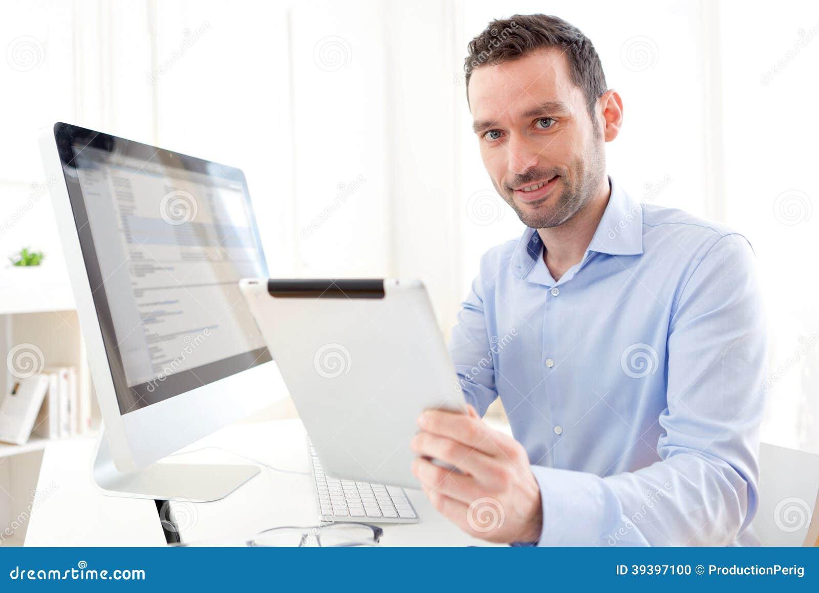 Νέο επιχειρησιακό άτομο που εργάζεται στο σπίτι στην ταμπλέτα του