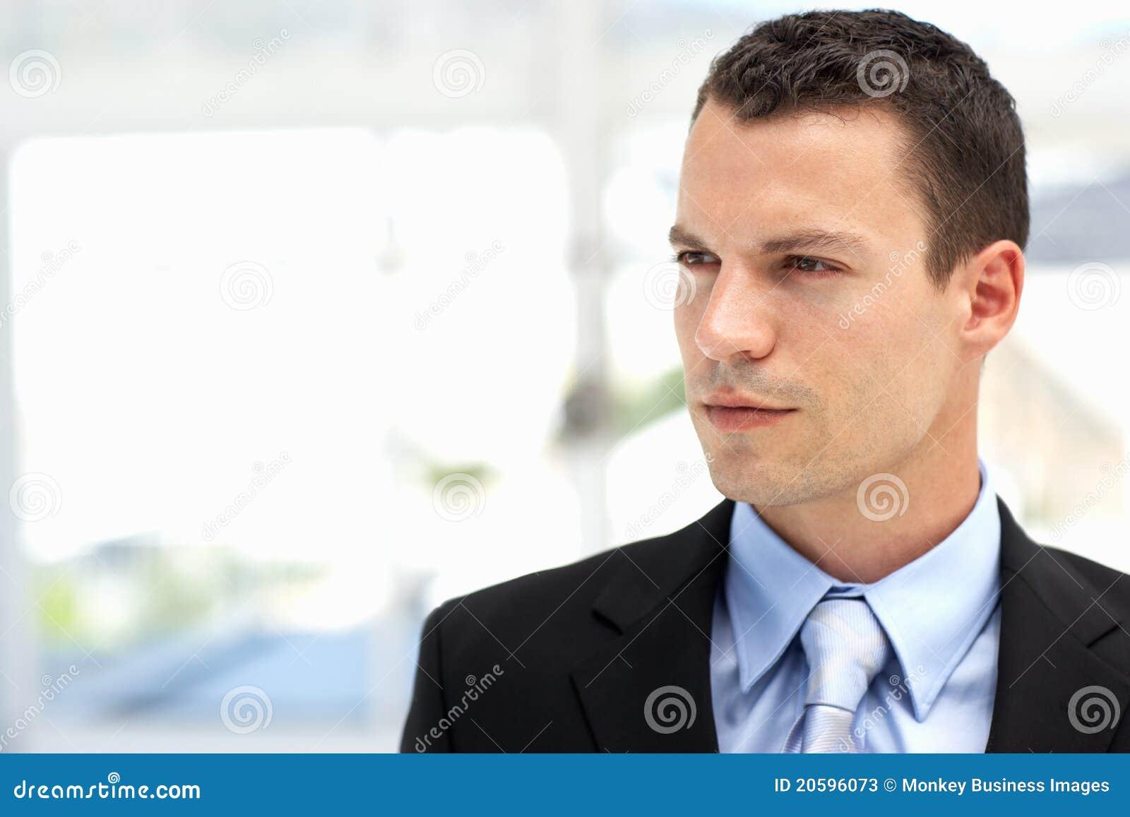 Νέο επιχειρησιακό άτομο που φορά το κοστούμι στην αρχή