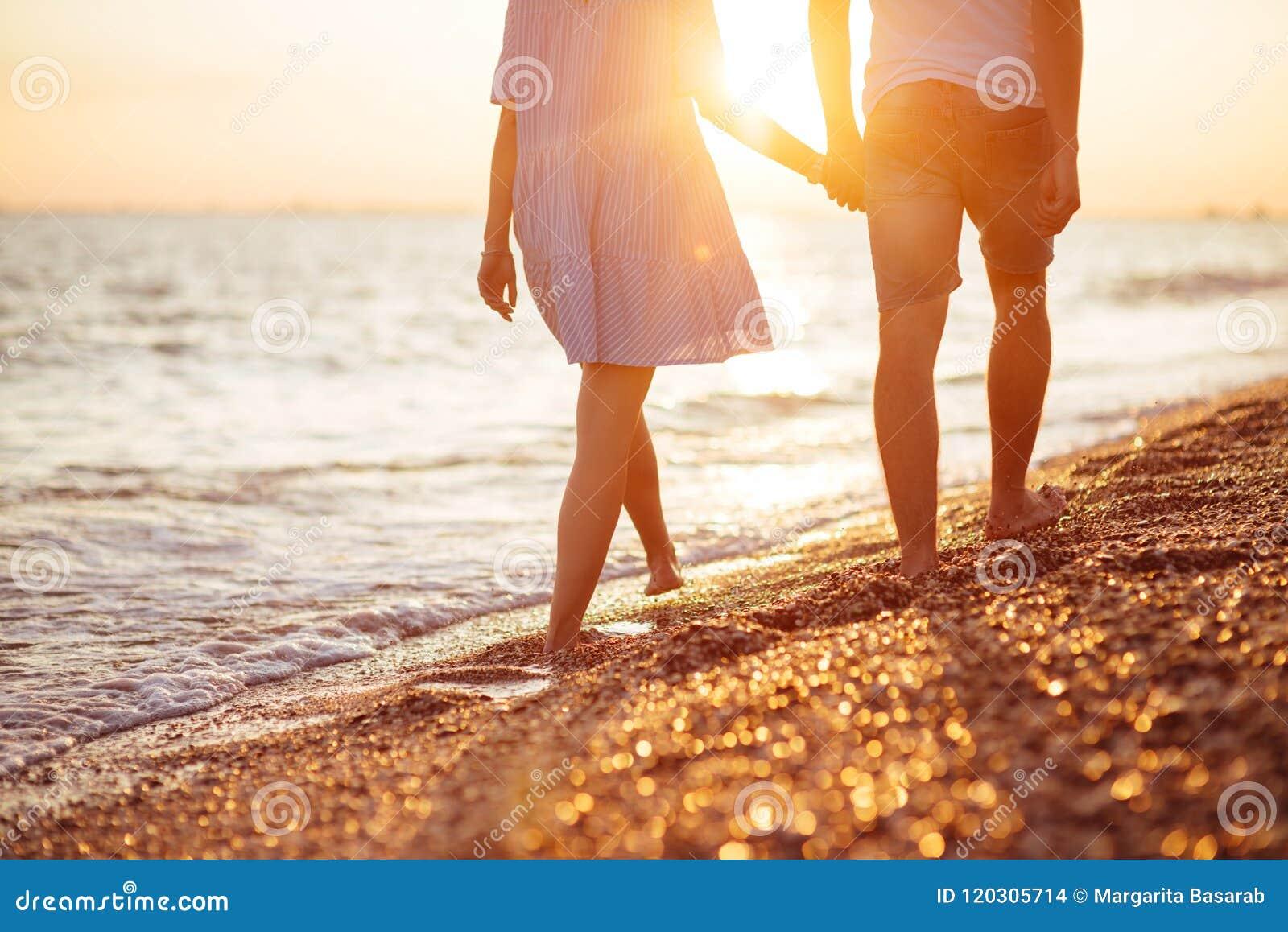 Νέο ευτυχές ζεύγος στην ακτή