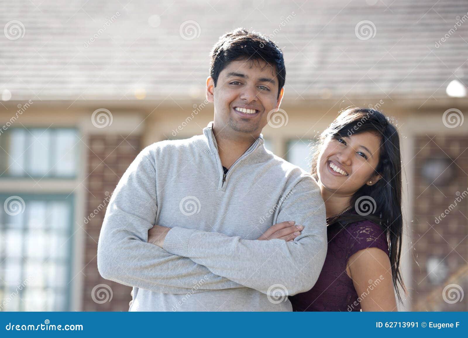 Νέο ευτυχές ινδικό ζεύγος