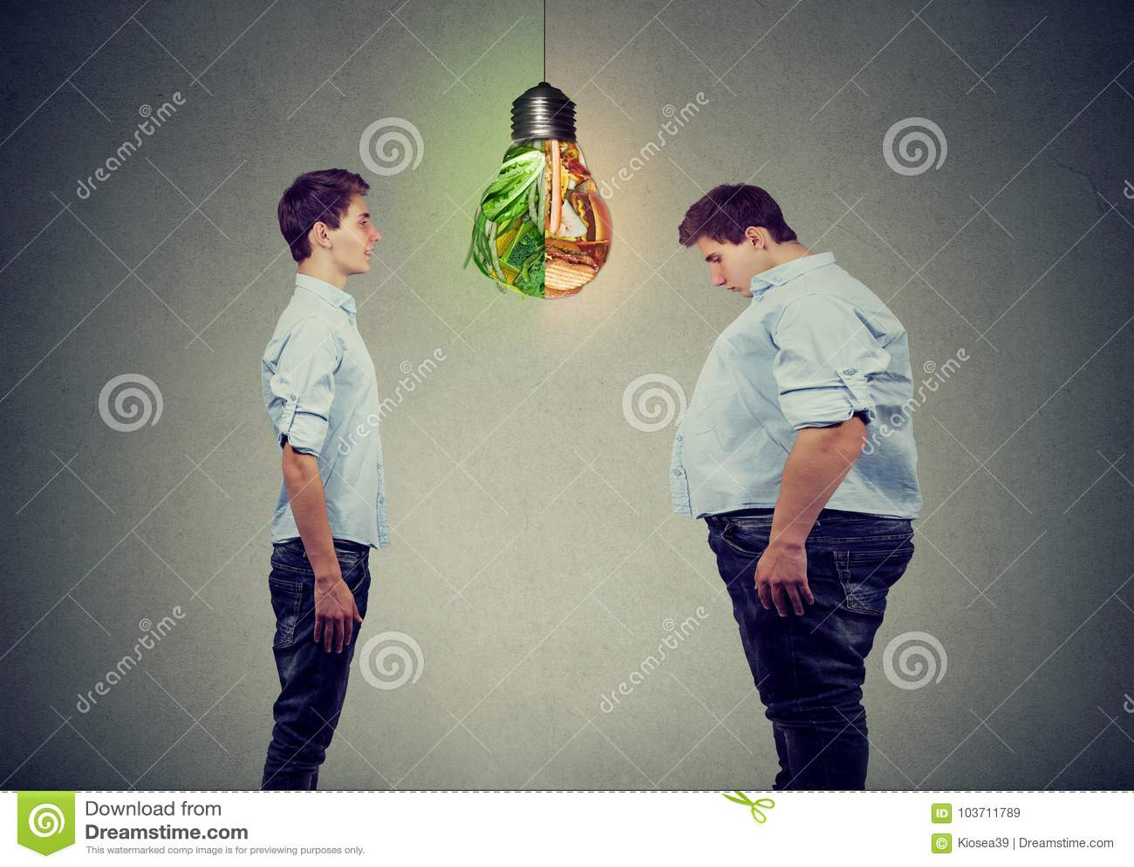 Νέο ευτυχές λεπτό άτομο που εξετάζει το λυπημένο παχύ τύπο ο ίδιος Σωστή έννοια διατροφής επιλογής διατροφής