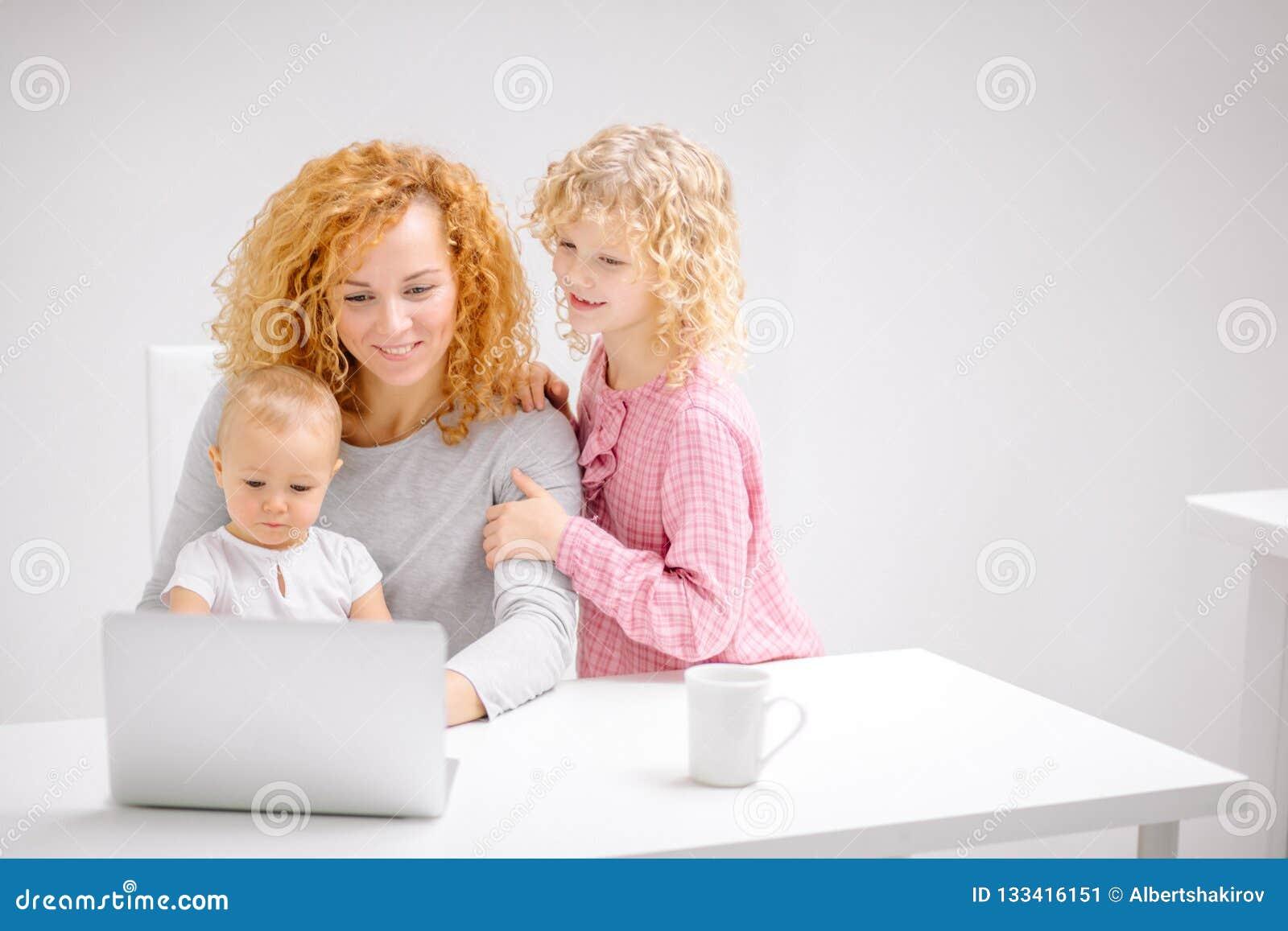 Νέο ευτυχές οικογενειακό να κάνει που ψωνίζει από κοινού