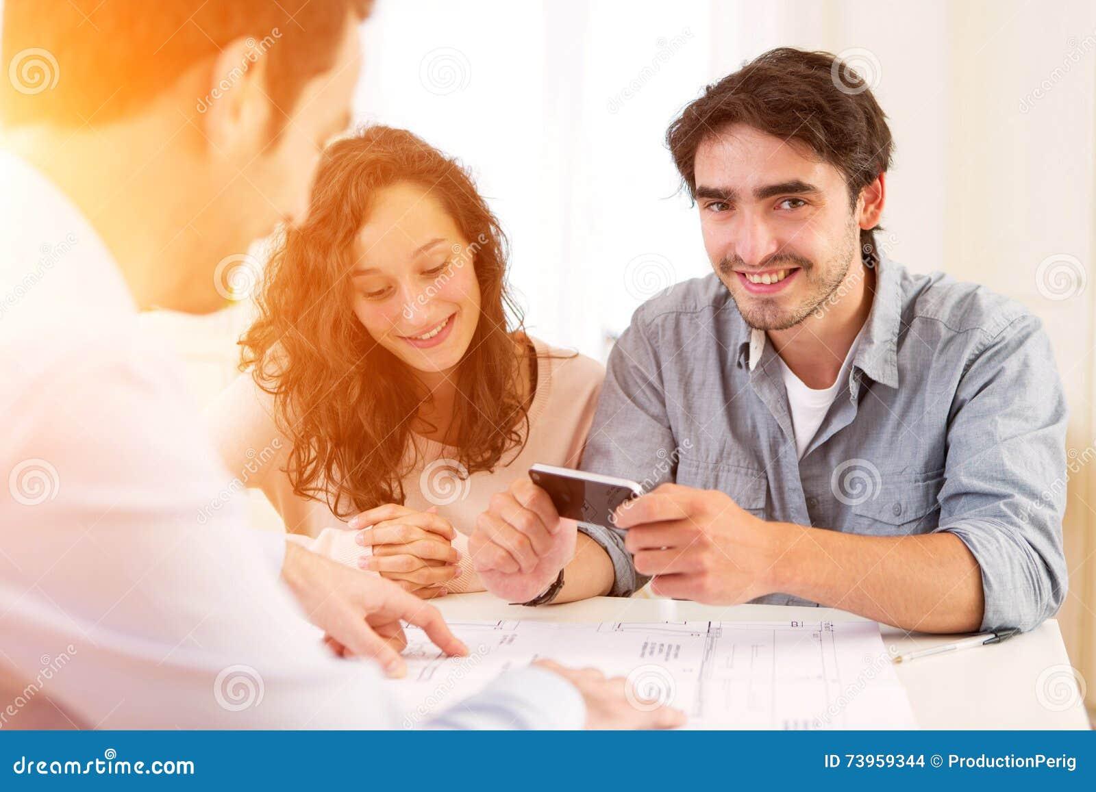 Νέο ελκυστικό ζεύγος που υπογράφει τη σύμβαση