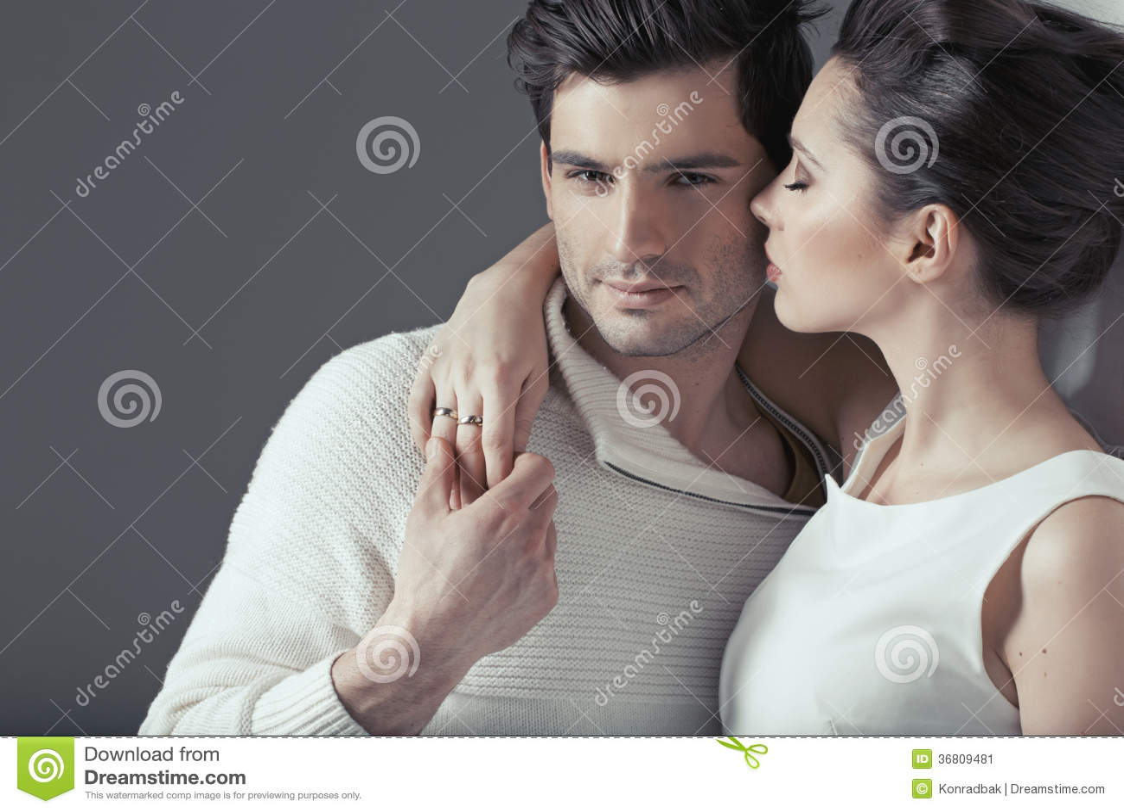 Νέο ελκυστικό ζεύγος στο αισθησιακό αγκάλιασμα