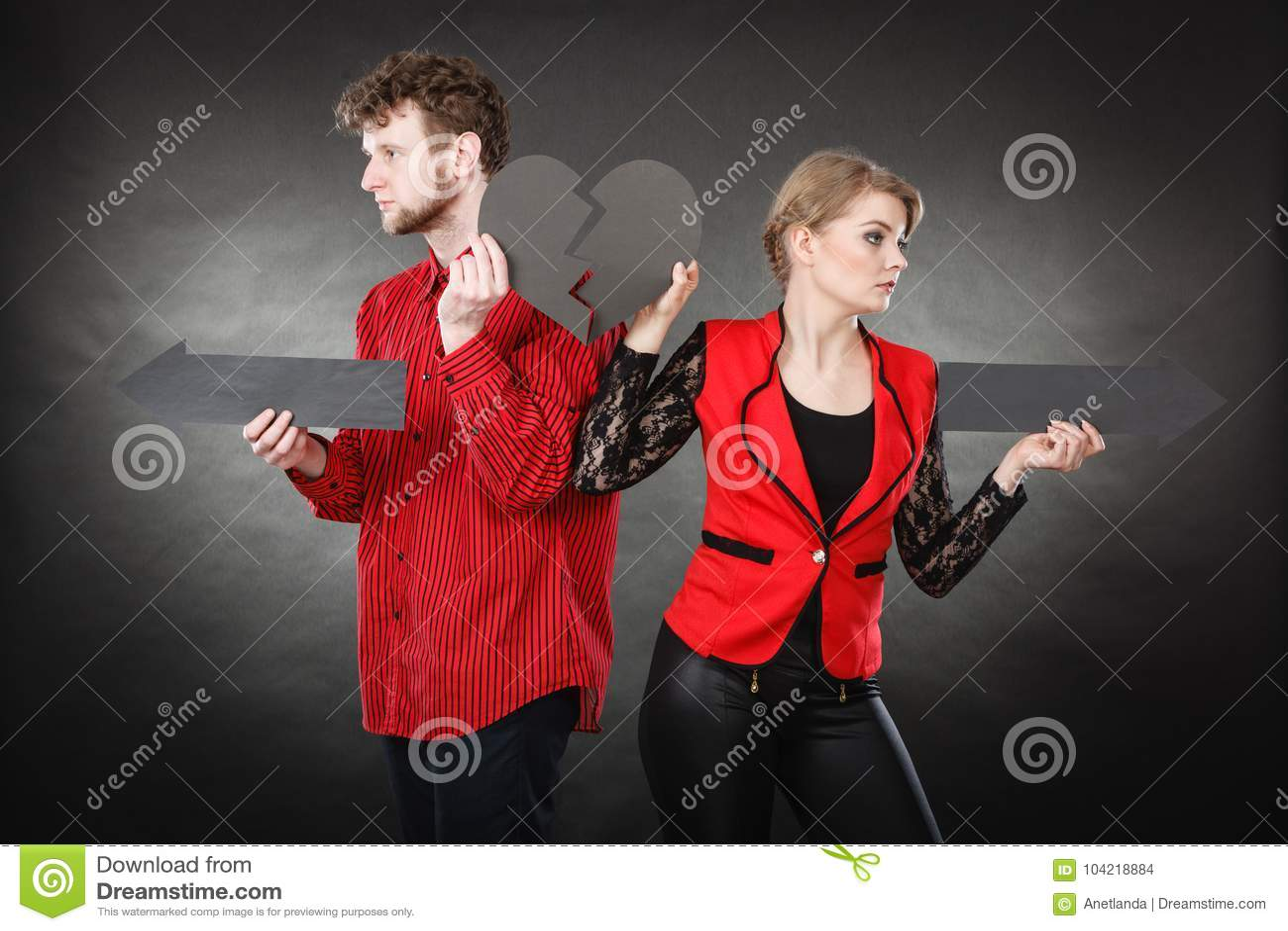 Νέο ζευγάρι που παρουσιάζει heartbreak σύμβολα