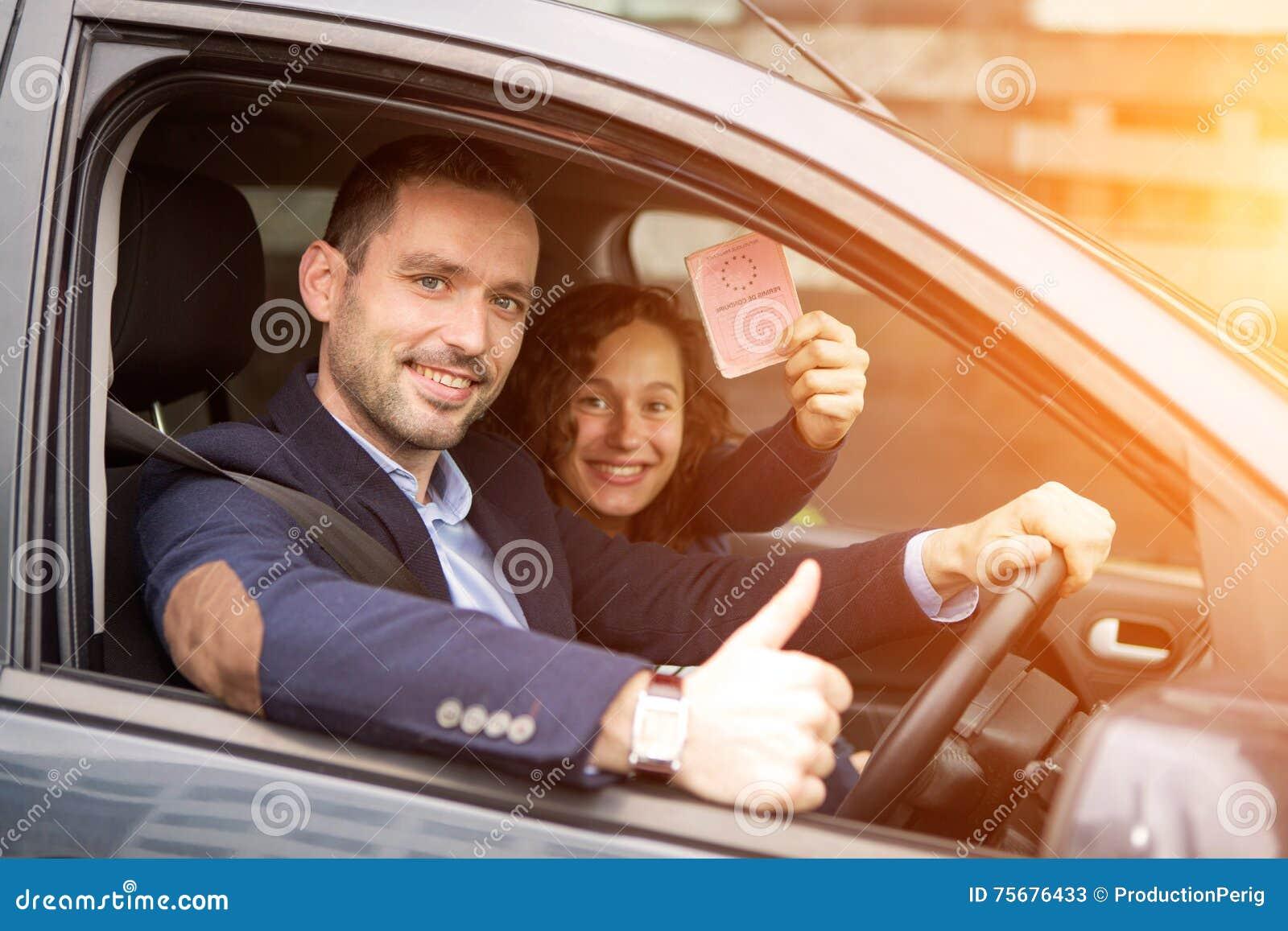 Νέο ζεύγος επιχειρησιακών ατόμων στο ολοκαίνουργιο αυτοκίνητό τους