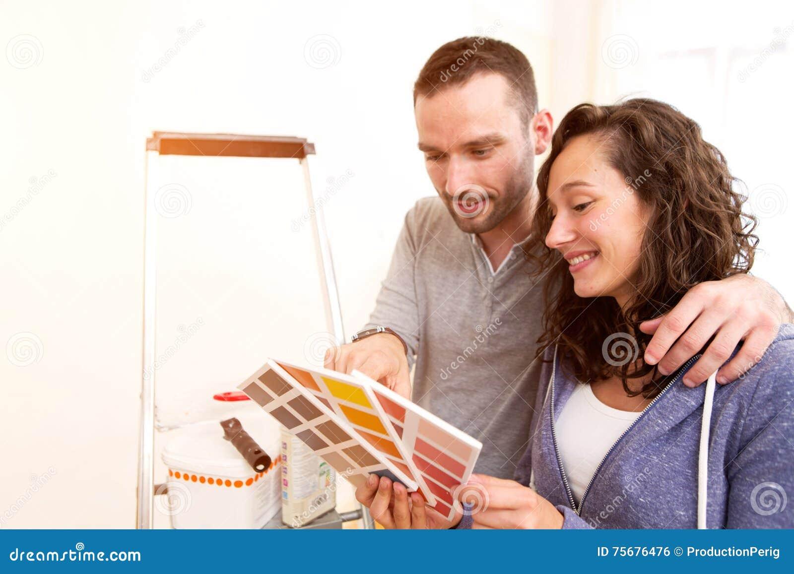 Νέο ζεύγος ερωτευμένο που κινείται στο νέο επίπεδό τους
