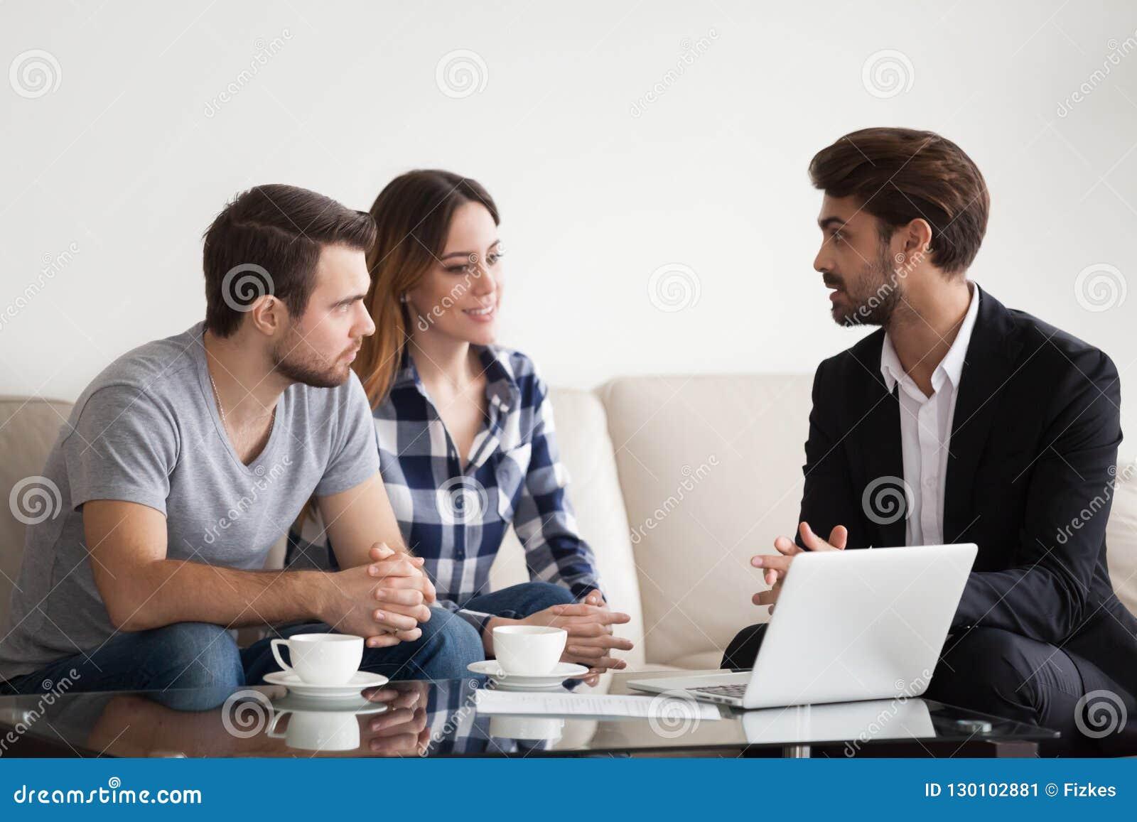 Νέο ζεύγος, οικογένεια στη συνεδρίαση με το realtor, εσωτερικός σχεδιαστής