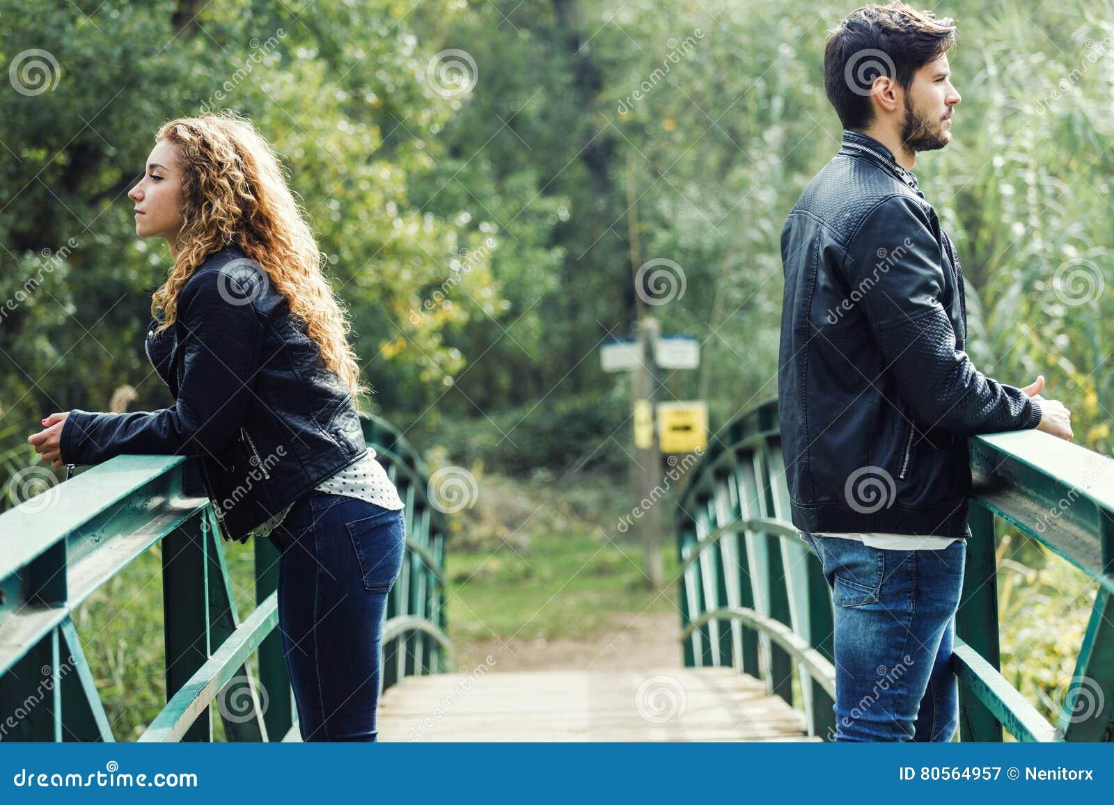 Νέο ζεύγος που είναι σε σύγκρουση στο πάρκο