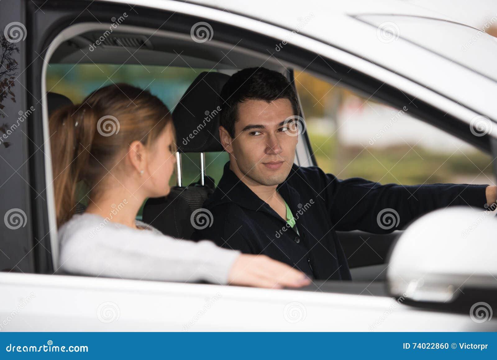 Νέο ζεύγος σε ένα αυτοκίνητο