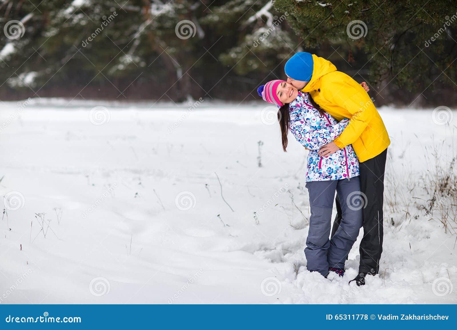 Νέο ζεύγος στα χειμερινά ξύλα
