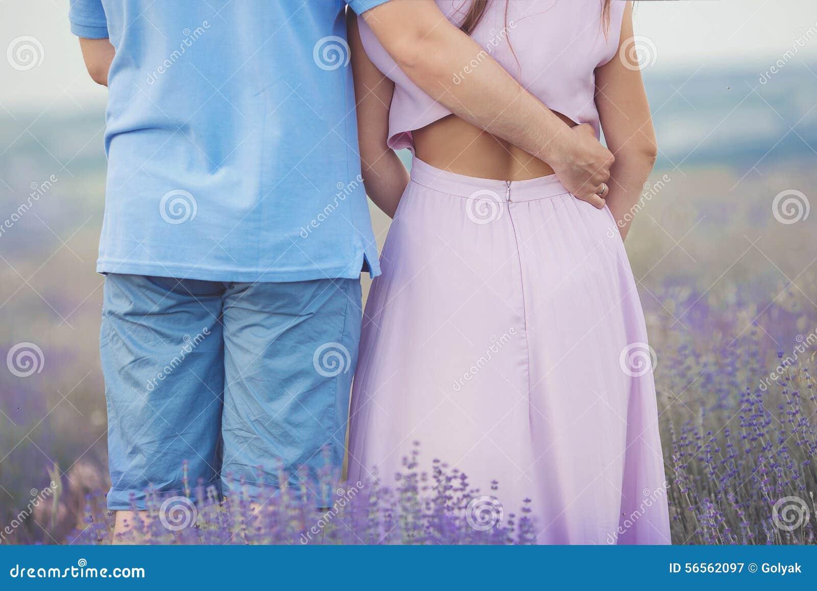 Download Νέο ζεύγος στους Lavender τομείς Στοκ Εικόνα - εικόνα από μέθη, αγκάλιασμα: 56562097